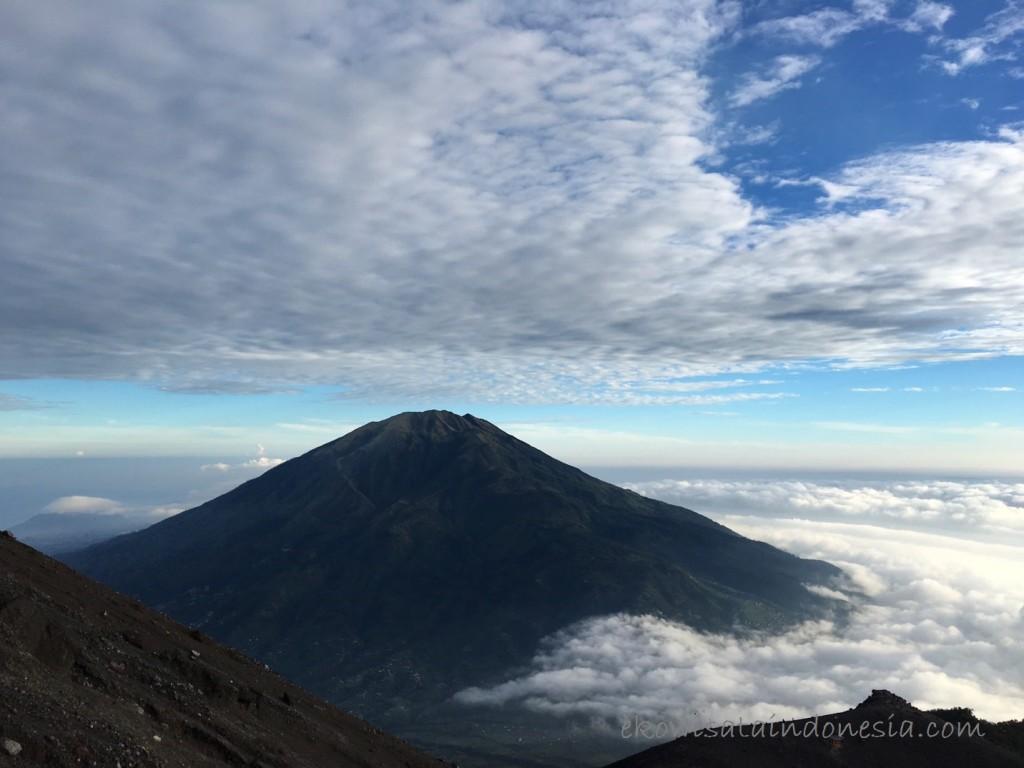 Terlihat jelas Gunung Merbabu dari Puncak Gunung Merapi